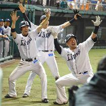 21日の試合で3ランを放ちポーズを決める西武・山川穂高(右)