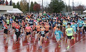 3キロの部で一斉にスタートする児童=入善陸上競技場