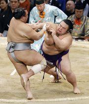 貴景勝(右)が押し出しで北勝富士を下す=福岡国際センター