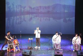 ロシア・ウラジオストクの日本祭りで演奏する新潟の和楽器ユニット「音魂」=16日(共同)