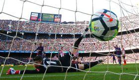 スペイン1部リーグ、ビルバオ戦でメッシのシュートがネットを揺らし、バルセロナの2点目となる=18日(ロイター=共同)