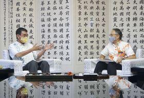 沖縄県庁を訪れ、玉城デニー知事(右)と会談する河野沖縄北方相=19日午後
