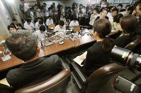 2009年8月6日、全国初の裁判員裁判を終え、取材に応じる裁判員を務めた人たち(手前)=東京・霞が関