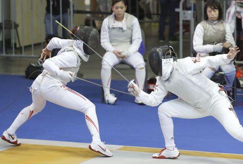 女子フルーレ団体2回戦 香港選手(右)と対戦する東晟良=ブダペスト(共同)