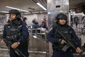 11日、ニューヨークの爆弾テロの後、地下鉄を警備する米治安当局(ゲッティ=共同)