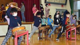 青森県内外から支援を受けたことに思いをはせながら海鳴り太鼓の練習に臨む児童=22日