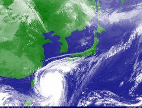気象衛星が捉えた台風18号=13日(気象庁提供)