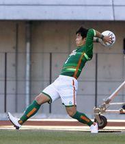 3日の大津戦でロングスローを投じる青森山田・沢田=等々力