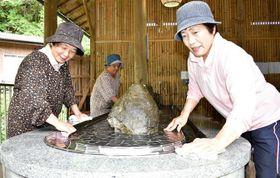 30日のオープンを前に、清掃作業に精を出す女性会員