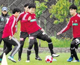 練習でボールを操る椎橋(中央)=21日、仙台市泉サッカー場