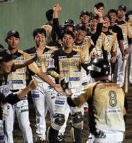 6回、栃木GBの内山(8)が先制の左越え本塁打を放ち、ナインに迎えられる=14日午後、前橋市民球場
