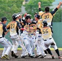 9回に逆転サヨナラ打を放ち、チームメイトから祝福を受ける栃木GBの野崎(中央)=足利市総合運動場硬式野球場