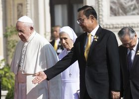 21日、タイ・バンコクで開かれた歓迎式典に出席したローマ法王フランシスコ(左)とプラユット首相(AP=共同)