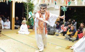 高千穂神社の神楽殿で毎晩舞われている高千穂神楽。継続的な魅力発信の取り組みが評価された=2018年8月、高千穂町