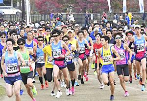 晩秋の喜多方路、1088人走る 蔵のまち喜多方健康マラソン