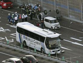 名神高速道路上り線で発生したバスと車が絡む事故の現場=24日午後6時5分、滋賀県草津市(共同通信社ヘリから)