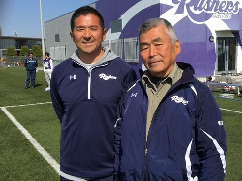 立教大の中村監督(左)と水野さん=埼玉県富士見市の立教大グラウンド