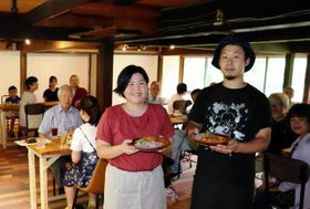 Uターンして念願のカフェを開く山下将幸さん(右)と美妃さん夫妻=養父市大屋町若杉