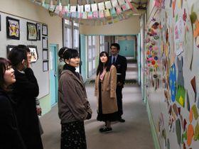 入院者が作った折り紙作品などを見る大学生たち(宇治市木幡・京都医療少年院)