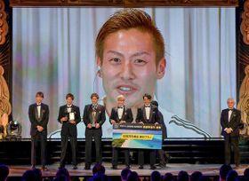 最優秀選手賞を受賞し中継で喜びを語る横浜M・仲川=8日、東京都内のホテル