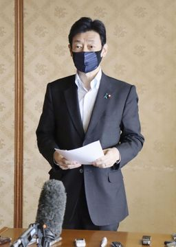 福岡県庁で小川洋知事との会談を終え、取材に応じる西村経済再生相=20日午前