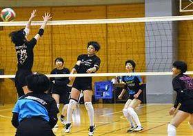 インターハイの雪辱を誓い練習に打ち込む秋田北の選手=秋田北高体育館