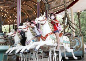 閉園の日を迎えた遊園地「としまえん」で、回転木馬「カルーセルエルドラド」に乗る子どもたち=8月31日、東京都練馬区