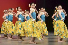 「フラガールズ甲子園」で初の最優秀賞に輝いた福島県立あさか開成高の「課題曲の部」のダンス=18日午後、福島県いわき市