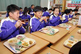 地元産の野菜やカニを楽しむ子どもたち=滑川市西部小学校