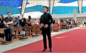 ブラジルの大聖堂「メトロポリタン・カテドラル」で歌う鶴沢さん(本人提供)
