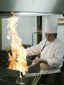 昭和基地で料理の腕をふるう麦沢シェフ(本人提供)