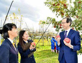 農場で自ら収穫したリンゴを手にGAP取得への思いを語り合う内堀知事(右)と堀内さん(中央)、菱沼さん