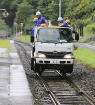 JR釜石線で動物と列車の接触事故を防ぐため、液剤を散布する作業員=12日午後、岩手県釜石市