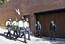 29日、韓国の李明博元大統領の自宅を警備する警察当局(共同)