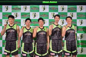 健闘を誓う(右から)佐々木、菊池、高橋、宮坂、渡部の各選手