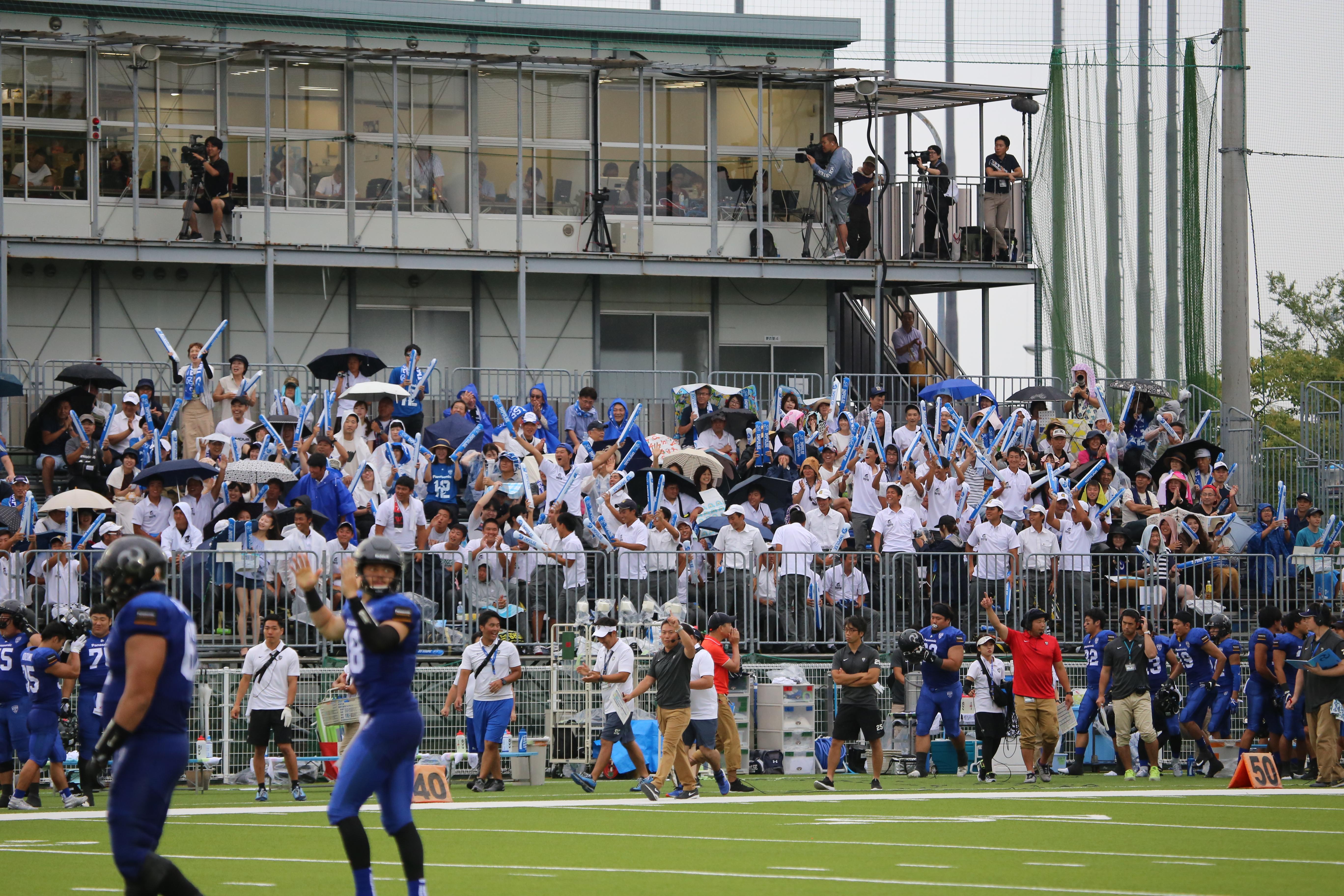 パナソニック・インパルスの試合に駆けつけた関大一高アメリカンフットボール部の生徒たち=8月24日、大阪・万博フィールド