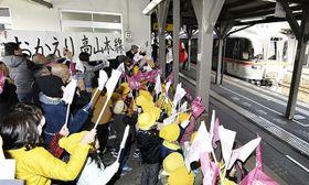 高山線の全面復旧を祝い、始発の特急「ワイドビューひだ」を出迎える市民ら=21日午前9時19分、JR飛騨古川駅
