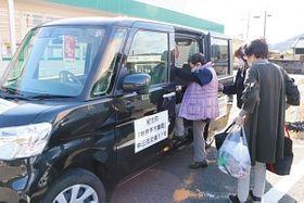 スーパーで買い物を終え、「えがお」に乗り込む利用者ら=紀北町東長島で