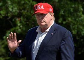 23日、米ホワイトハウスに戻るトランプ大統領(ロイター=共同)