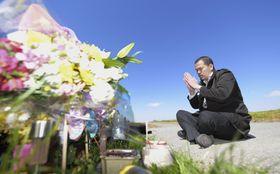 レェ・ティ・ニャット・リンさんの遺体が遺棄された現場付近で手を合わせる父親レェ・アイン・ハオさん=24日午前、千葉県我孫子市