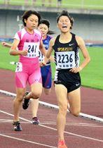 【女子800メートル決勝】大会新記録で優勝した佐々木優佳(学法石川高)(右)