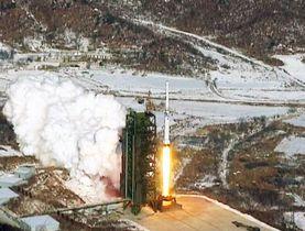 2012年12月、北朝鮮北西部・東倉里の西海衛星発射場から発射される長距離弾道ミサイル(共同)