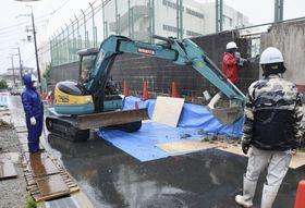 大阪府箕面市立第二中で始まったブロック塀の撤去作業=23日午後
