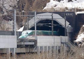 青函トンネルを抜け、北海道側に姿を見せた北海道新幹線。ダイヤ改正で東京―新函館北斗の所要時間が最速で3時間58分となった=16日正午、北海道知内町