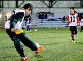宇和島JYFCの体験練習会でパス練習に励む児童