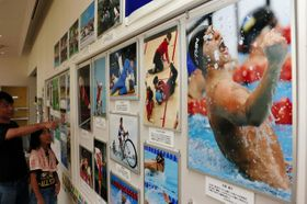 これまでの五輪・パラリンピックの名場面を写真で紹介する巡回展=猪名川町伏見台1