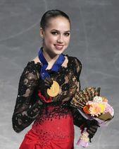 世界選手権女子で優勝し、メダルを手に笑顔のアリーナ・ザギトワ選手=3月22日、さいたまスーパーアリーナ