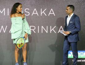 イベントに登場したテニス女子の大坂なおみ(左)=12日、メルボルン(共同)