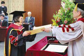 立命館大から博士の学位を授与された尾関清子さん(左)=24日午前、京都市で(共同)