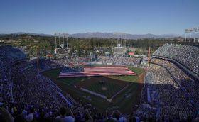 米大リーグのプレーオフ、ナ・リーグ優勝決定シリーズ第3戦の試合前セレモニーが行われるドジャースタジアム=15日、ロサンゼルス(AP=共同)